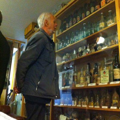 Lasiasiantuntija Sven-Ivar Othman tutustuu museon aarteisiin